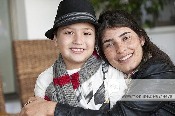 umarmen  Sohn  Hispanier  Mutter - Mensch