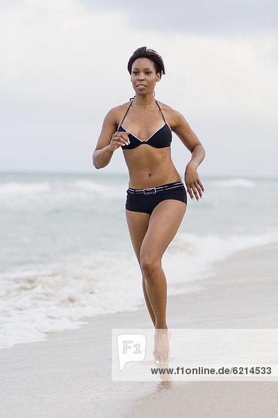 Frau  Strand  Bikini  rennen