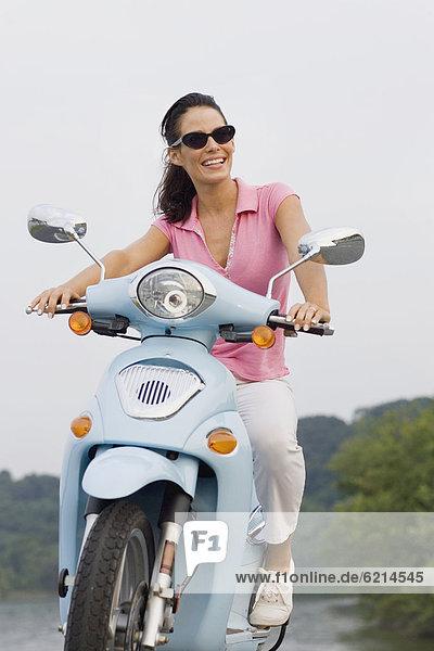 Frau lächeln Kickboard