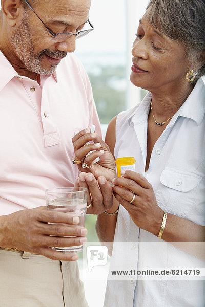 Frau nehmen Hilfe Gesundheitspflege Ehemann