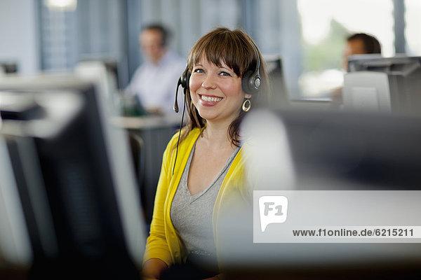 Einkaufszentrum  Computer  Mensch  Menschen  arbeiten  Gespräch  Gespräche  Unterhaltung  Unterhaltungen  Business