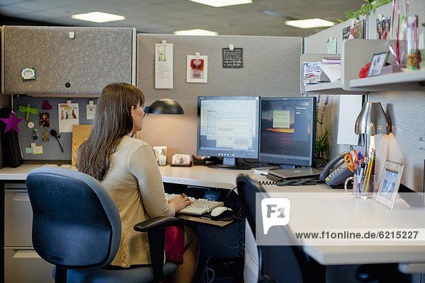 Europäer  Geschäftsfrau  Schreibtisch  arbeiten  Büro