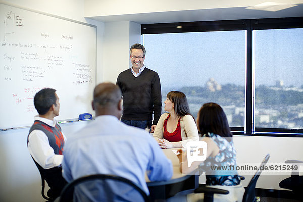 Mensch Geschäftsbesprechung Menschen Zimmer Besuch Treffen trifft Business Konferenz