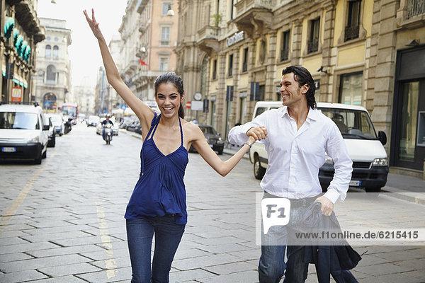 Paar hält die Hände in der Straße