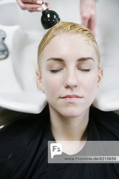Frau  die ihre Haare gewaschen im salon