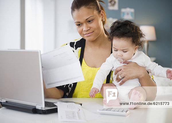 halten bezahlen zahlen mischen Rechnung Mutter - Mensch Baby Mixed