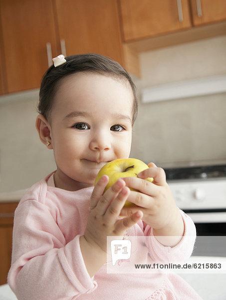 Hispanier  Apfel  essen  essend  isst  Mädchen  Baby