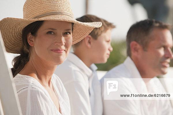 sitzend Europäer Frau lächeln
