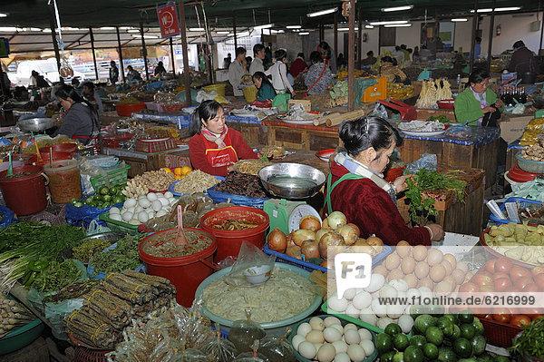 Wochenmarkt in der Stadt Phansavan  Laos  Südostasien