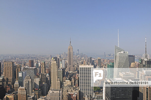 Aussicht von der Aussichtsplattform Top of the Rock im Rockefeller Center auf das Empire State Building und Downtown Manhattan  New York City  USA  Nordamerika  Amerika