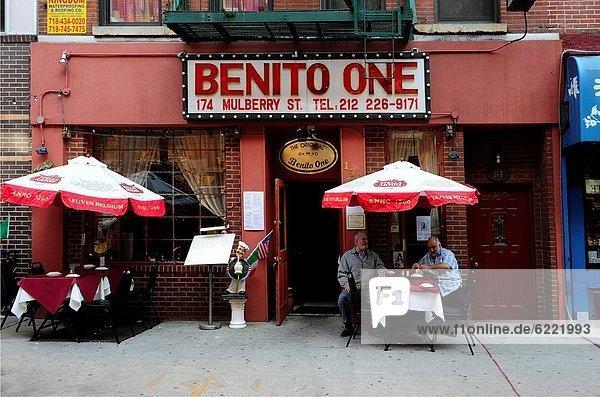 Vereinigte Staaten von Amerika  USA  Anschnitt  Außenaufnahme  sitzend  New York City  Mensch  Menschen  klein  Straße  Restaurant  Italienisch  Italien  Manhattan  freie Natur