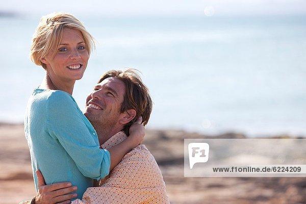 Junges Paar am Strand