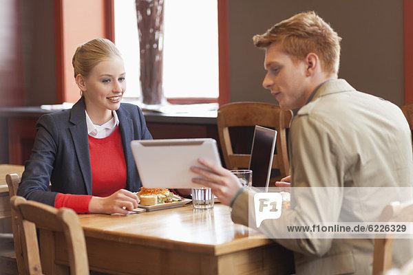 Paar sitzt in einem Restaurant