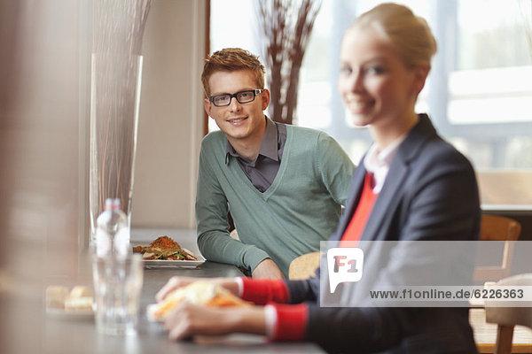 Geschäftsfrau beim Mittagessen in einem Restaurant