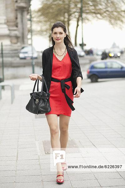 Frau  die auf der Straße geht