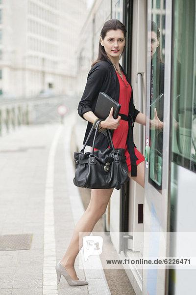 Frau beim Einsteigen in den Bus