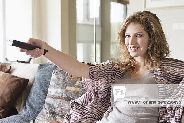 Frau beim Fernsehen im Wohnzimmer