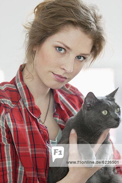 Frau mit schwarzer Katze