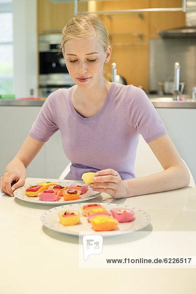 Frau mit Kuchen am Esstisch