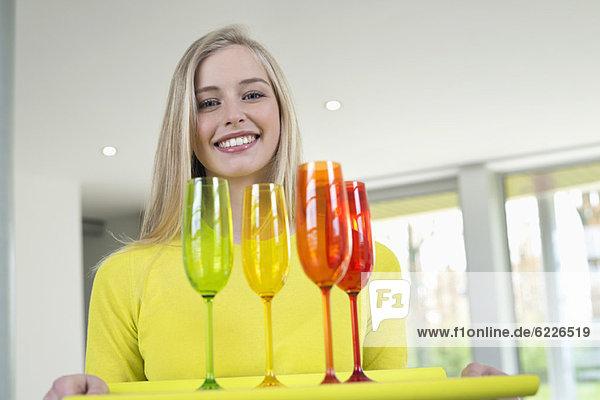 Glückliche Frau mit Brille auf einem Tablett
