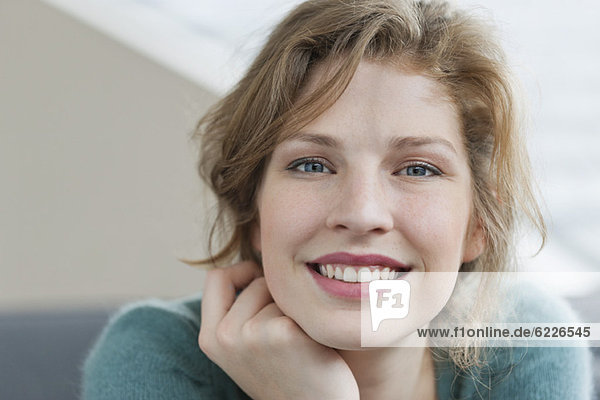 Frau sieht glücklich aus