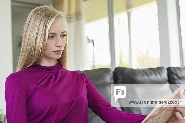 Frau beim Lesen einer Zeitung