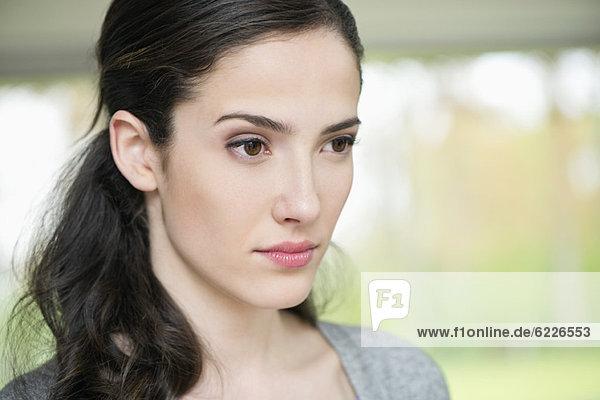 Nahaufnahme einer ernsthaft aussehenden Frau