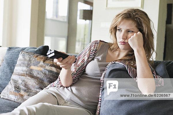 Frau  die fernsieht und ernst aussieht