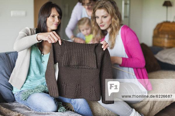 Frau und Tochter suchen einen Pullover