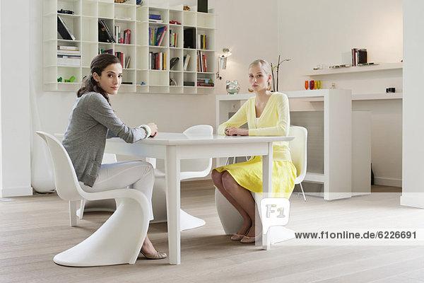 Zwei Freunde sitzen an einem Esstisch