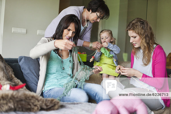 Frauen stricken