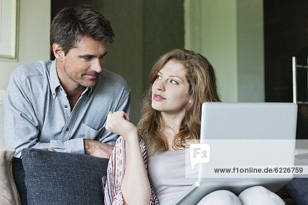 Paar mit einem Laptop zu Hause