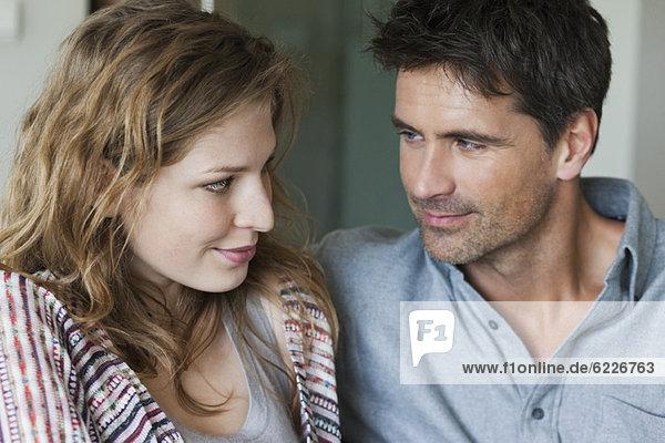 Nahaufnahme eines glücklichen romantischen Paares