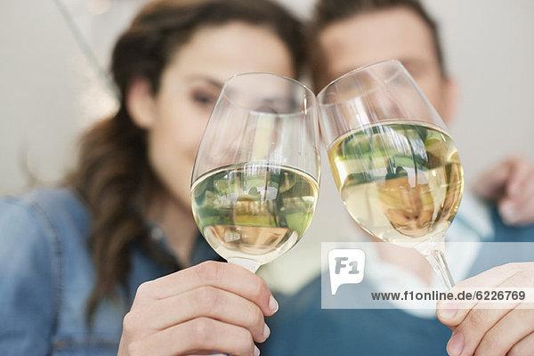 Paar Toast mit Wein