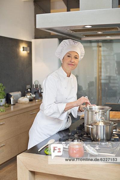 Frau beim Kochen in der Küche