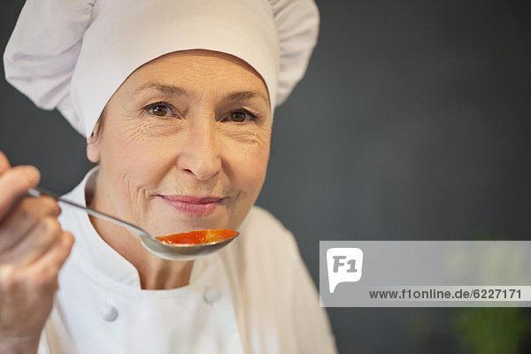 Frau schmeckt Essen