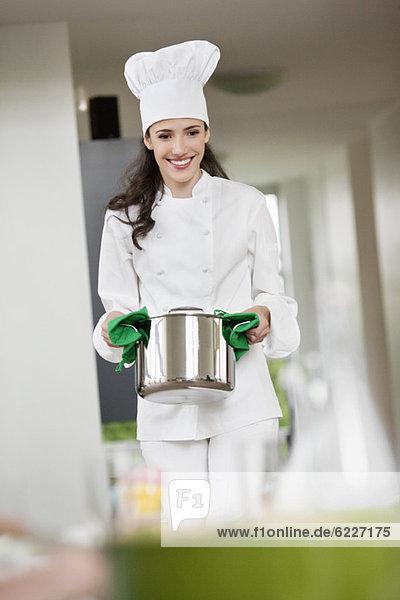 Köchin mit Kochtopf