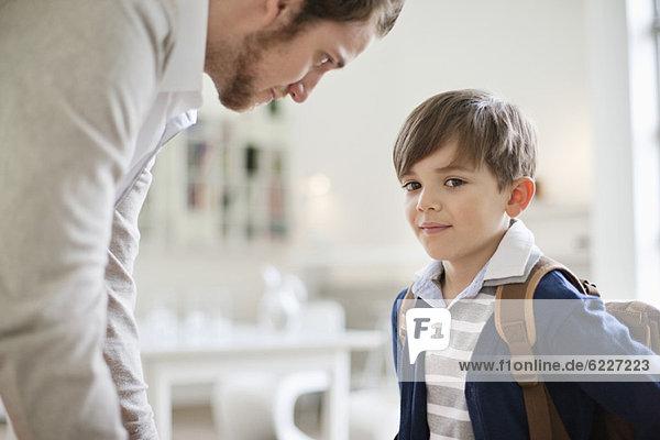 Mann und Sohn mit Schultasche