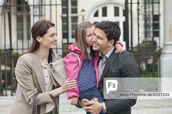 Mädchen küsst ihren Vater
