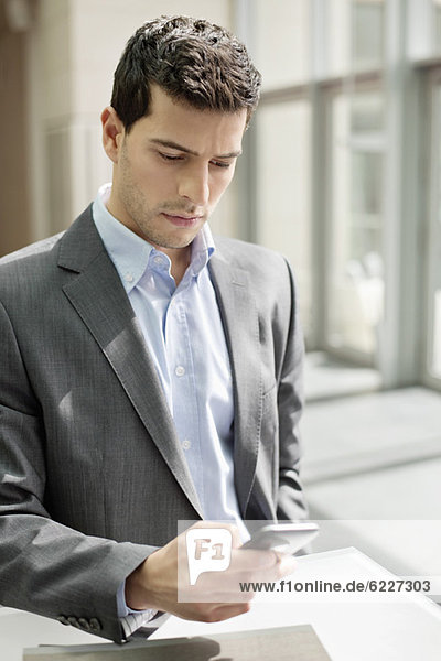 Nahaufnahme eines Geschäftsmannes per SMS