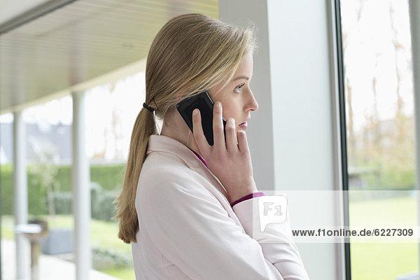 Geschäftsfrau im Gespräch mit dem Handy