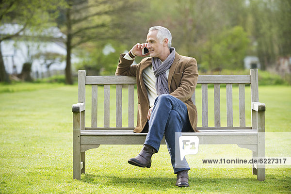 Mann spricht auf einem Handy im Park