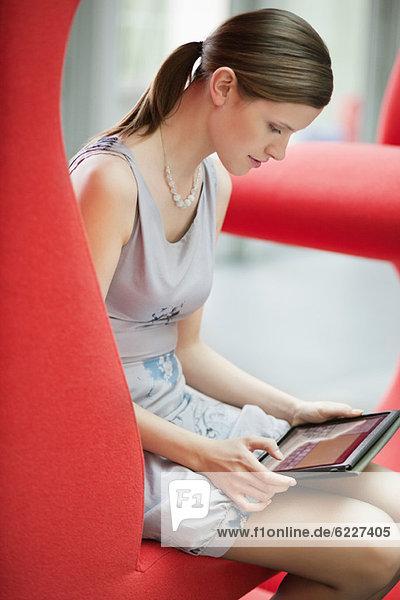 Geschäftsfrau mit digitalem Tablett im Büro