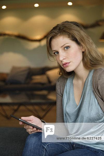 Frau mit digitalen Tablette