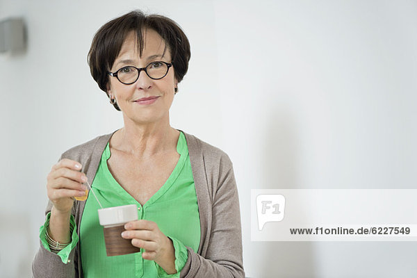 Porträt einer Frau beim Tee trinken