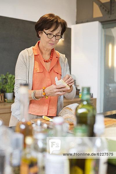 Frau  die in der Küche arbeitet
