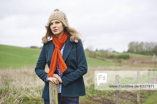 Schöne Frau auf einem Feld stehend