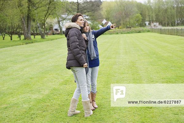 Frau mit ihrer Tochter im Park