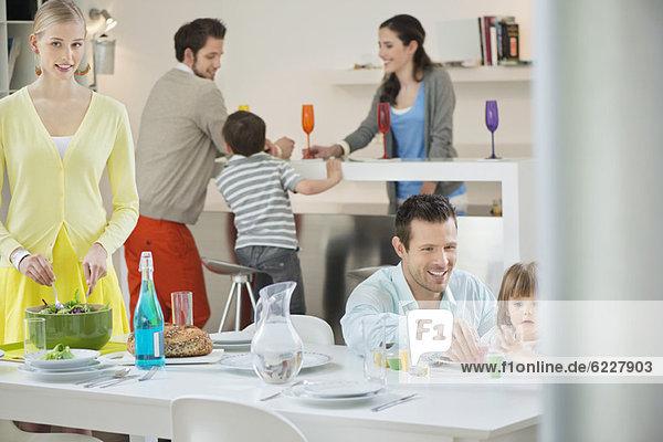 Familientisch zum Abendessen