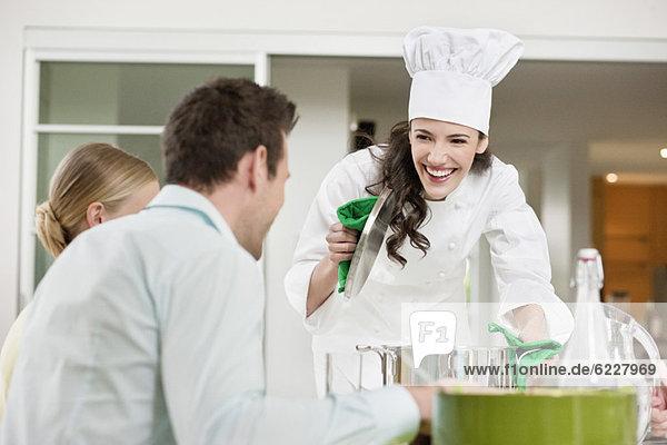 Fröhliche Köchin serviert Essen